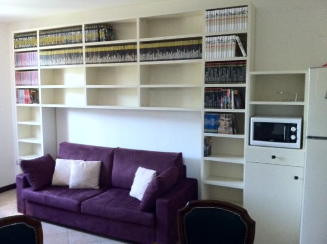 Libreria dietro divano idee per il design della casa for Divano incassato